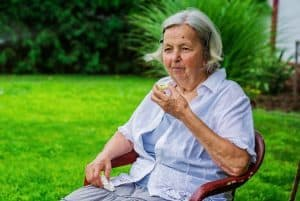 Senior lady eating apple outside - 9 principles of mindful eating