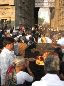 Pilgrims worshiping at Shiva temple in Tiruvannamalai during Pongal
