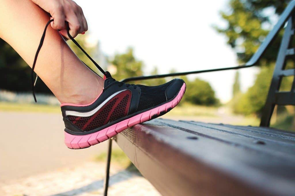 runner tying shoelace