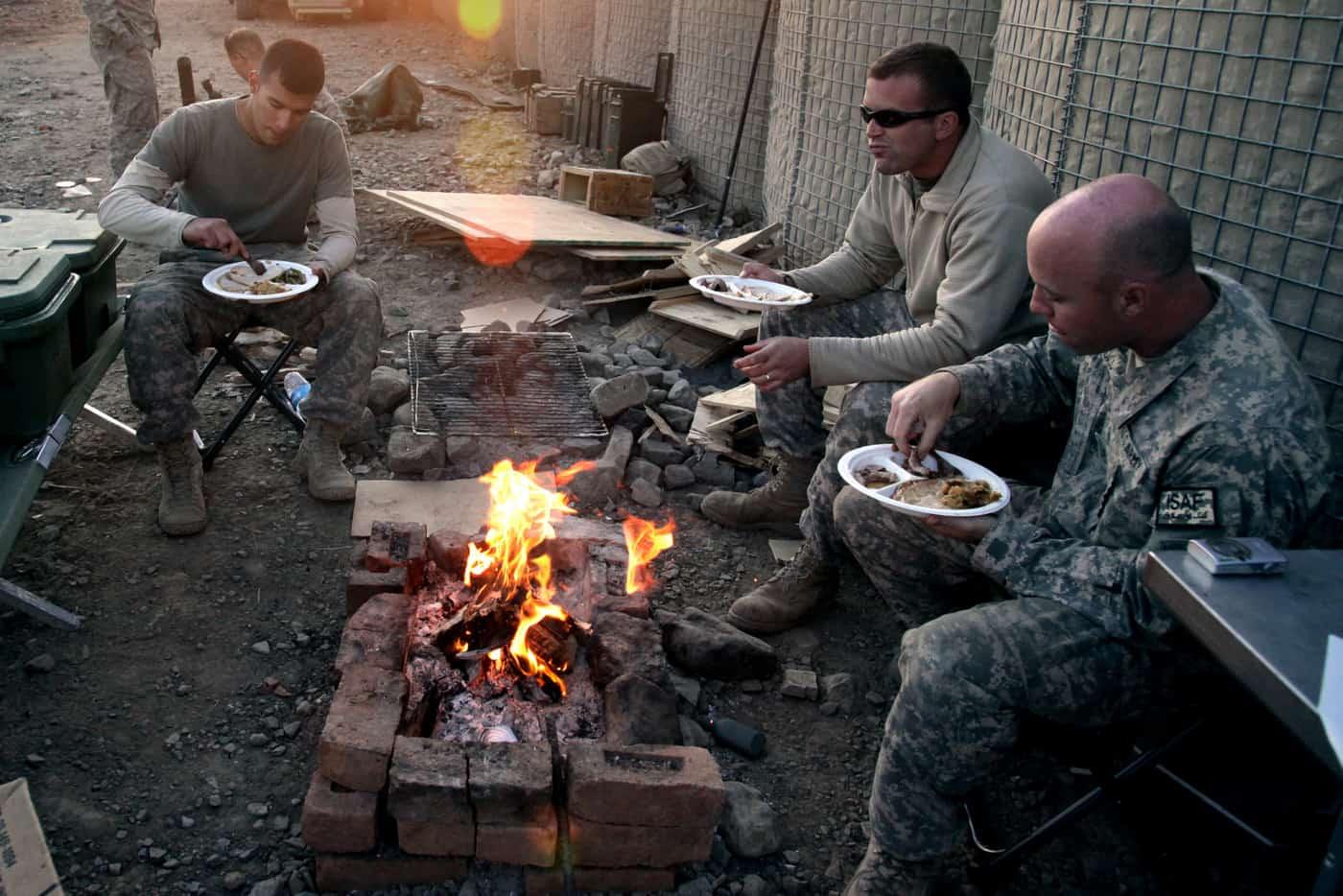 troops eating thanksgiving in Afghanistan