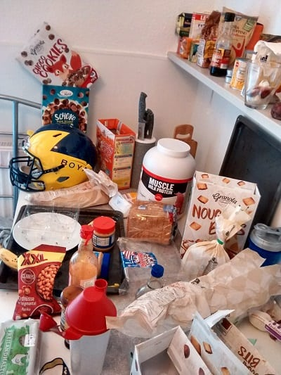 Dirty kitchen in football players' apartment - The import