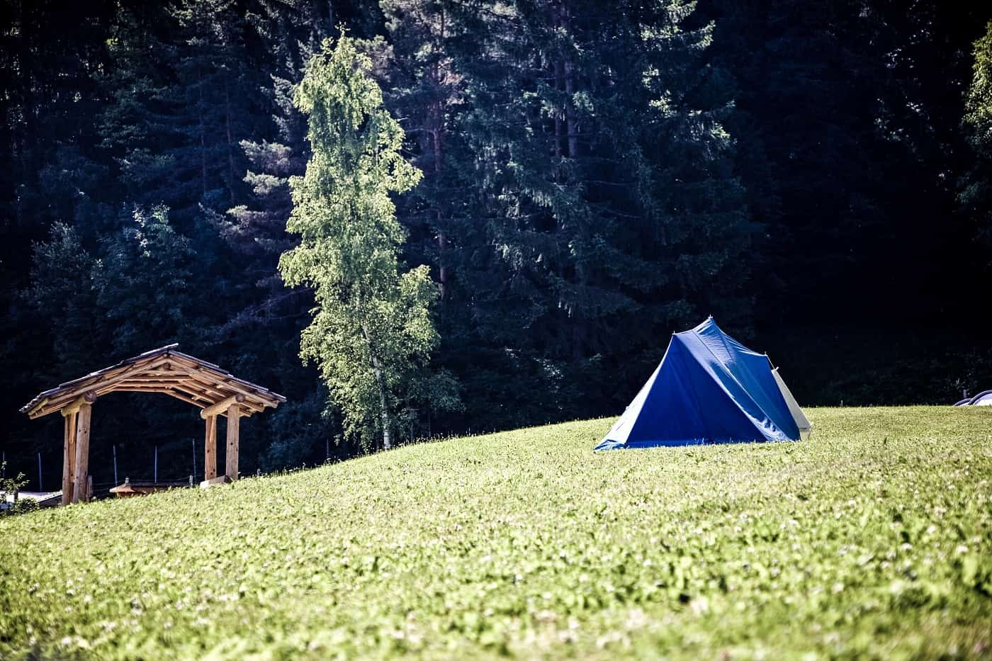 Blue camping tarp in grass - The silence of going solo